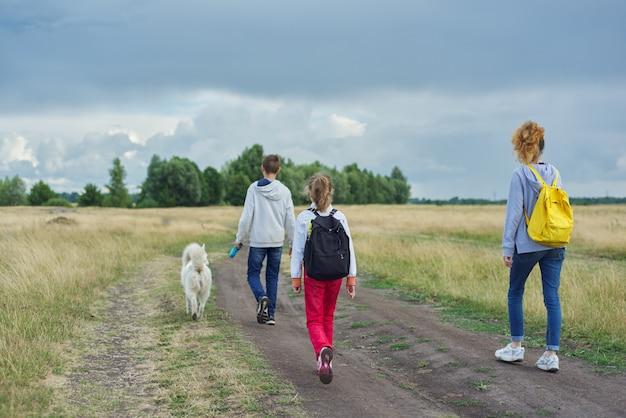 Активный здоровый образ жизни, дети на улице с собакой