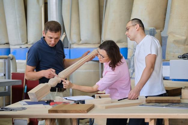 木製品を議論する働く人々のグループ