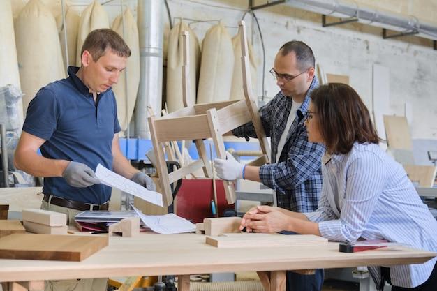 工業用木工ワークショップ、働く人々のグループ