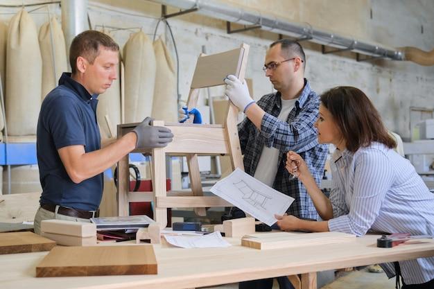 木工ワークショップで働くデザイナーのグループ