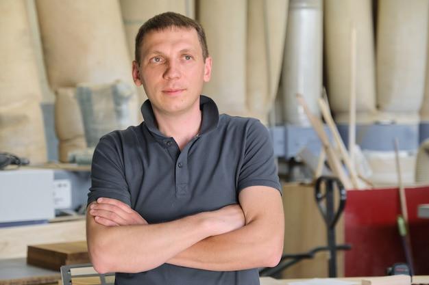 産業中小企業大工ワークショップのオーナーの肖像