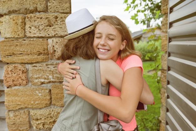女の子が正面玄関を開き、会議で抱擁