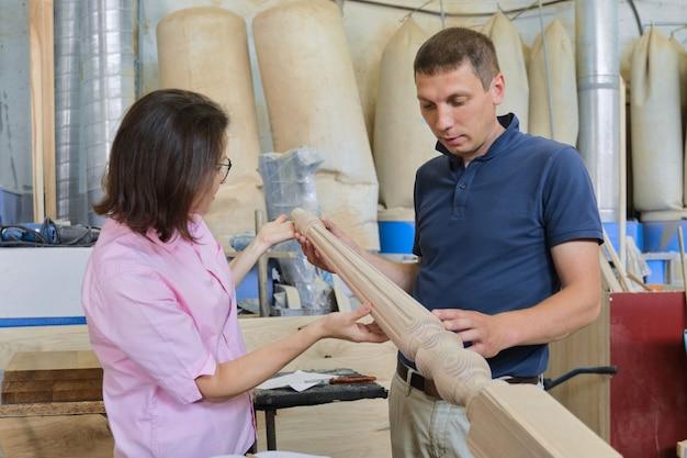 工業用木工ワークショップ、働く男性と女性