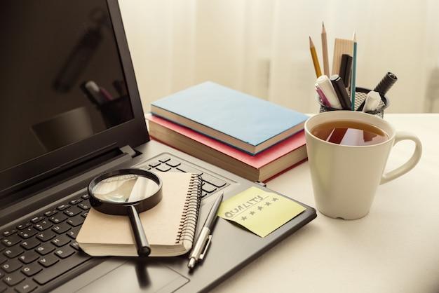 仕事机の上のノートパソコン