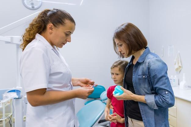 Мать и дитя девушка на встрече с врачом-ортодонтом