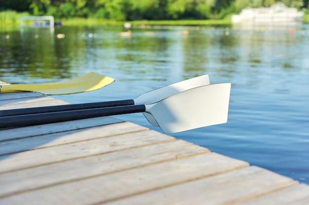 水、夏、ウォータースポーツ、アクティブなライフスタイルコンセプトのクローズアップパドルカヤック