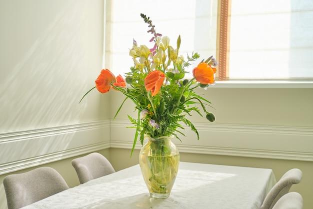 春夏の花と花瓶に赤いケシの花束