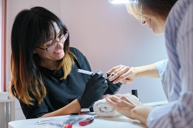 美容師の爪にアートデザインをペイントします。