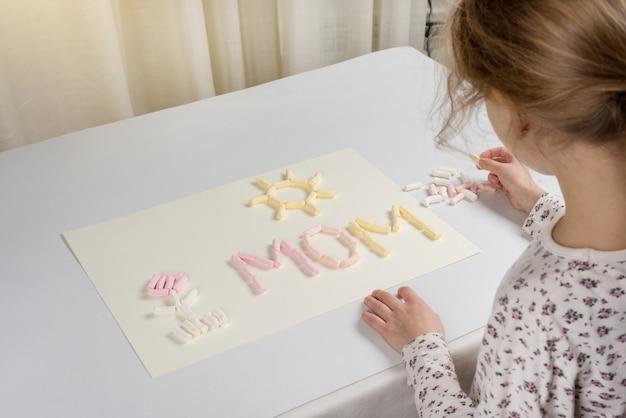 День матери. подарок ребенку маме, нарисовав аппликацию из зефира