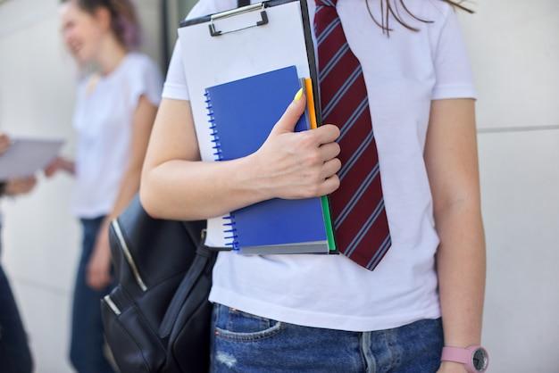 ノートブックとクローズアップの女子生徒。教育人の概念、学校、大学、大学