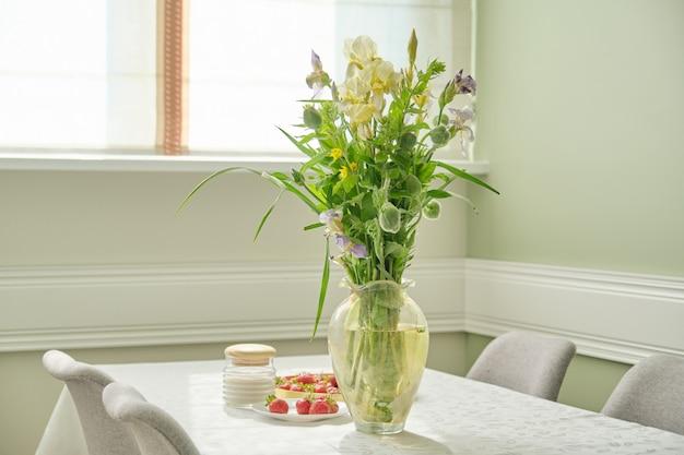 家のダイニングルームのインテリア、花、イチゴの春夏の花束