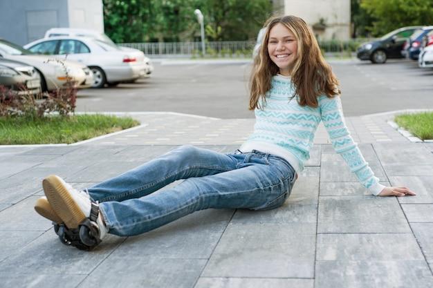 Девочка-подросток в колесах роликов