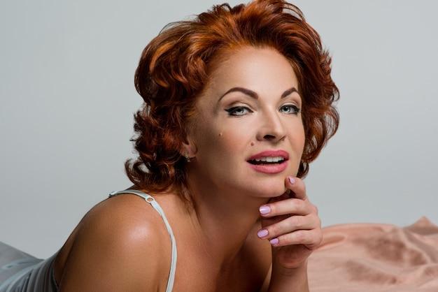Портрет зрелой женщины с рыжими волосами