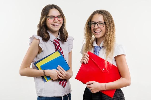 Счастливые школьные друзья