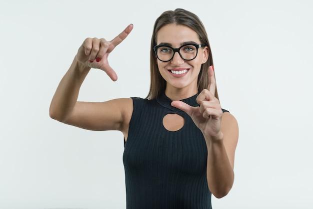 笑顔のメガネを持つ女性