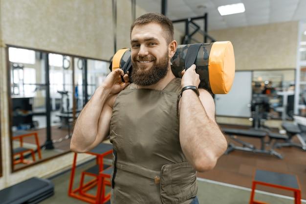 筋肉の白人のひげを生やした男の演習を行う