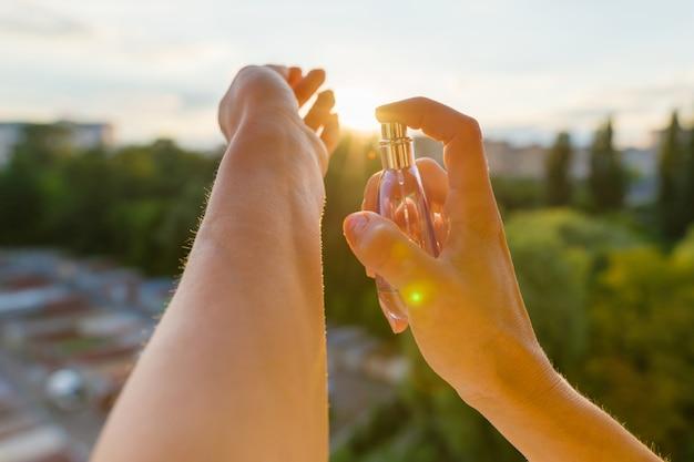 手の中の香水、夕日