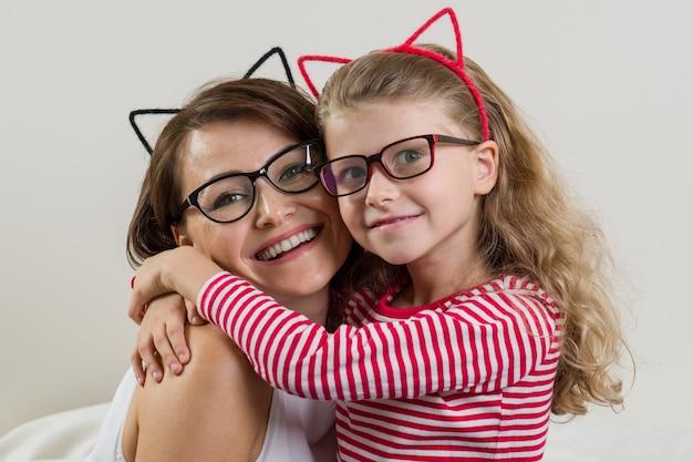 Дочь с любовью обнимает маму