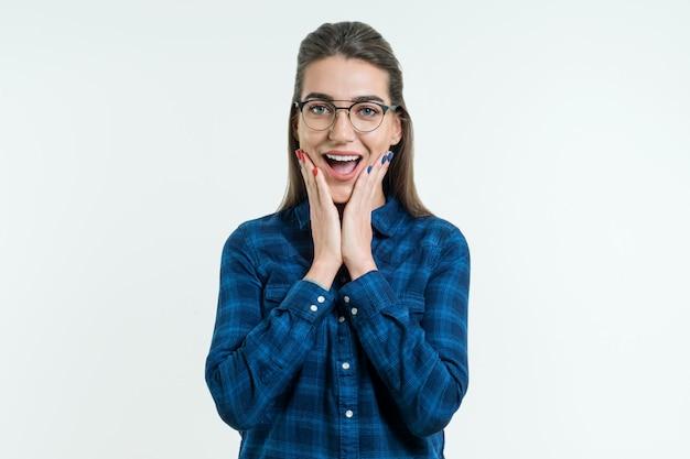 Удивленная молодая женщина в очках