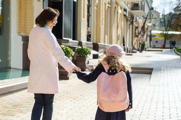 母と娘が歩いて、