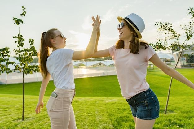 二人の十代の少女たちの友情