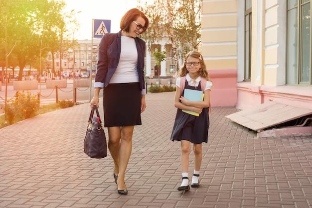 母の実業家は子供を学校に連れて行く