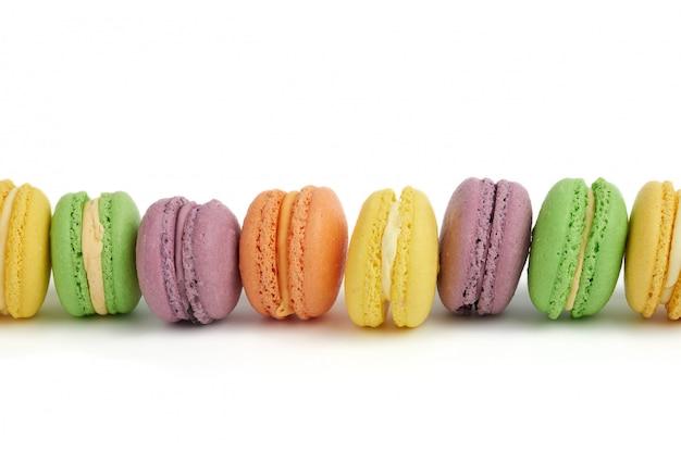 Разноцветные круглые печеные пирожные с макарунами
