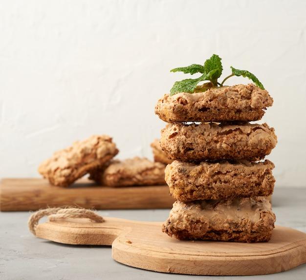 木の板に焼きクラクフメレンゲクッキー