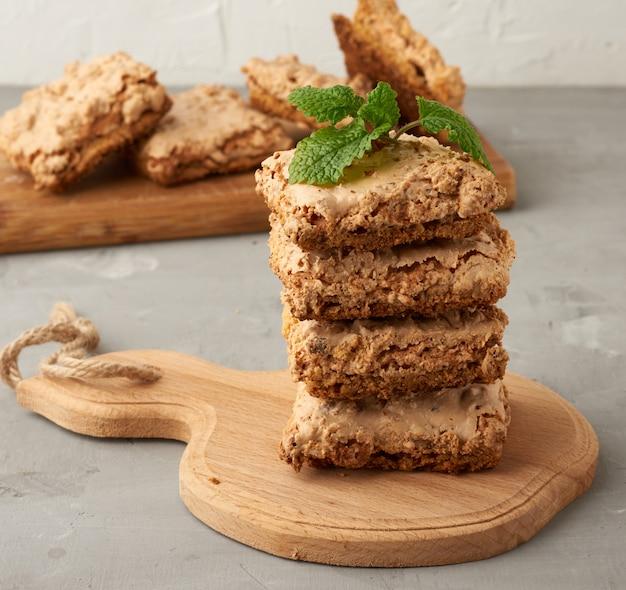木の板に焼きクラクフのメレンゲクッキー、ホイップ卵白のおいしいデザート