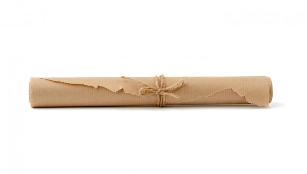ロープで結んだ茶色の紙のツイストロール