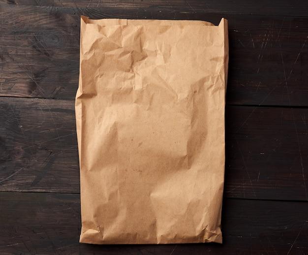 茶色の木製表現の食品包装用の茶色の紙袋を開く