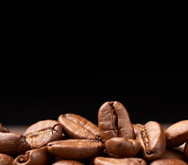 Жареные зерна бразилия сантос, сорт бразильской арабики на черном фоне
