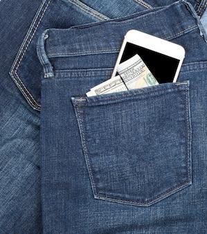 Смартфон с пустым черным экраном и бумажной купюрой