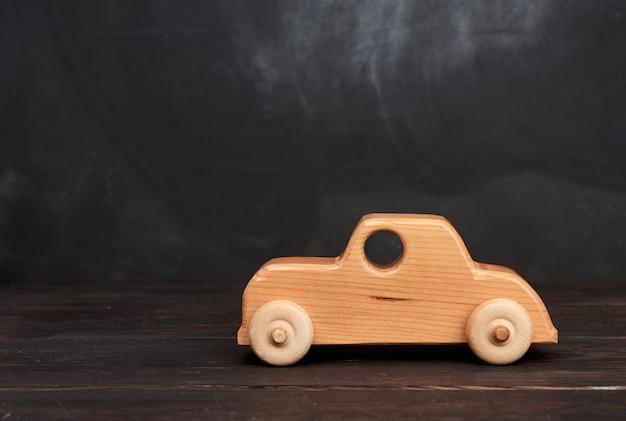 Старинная деревянная игрушка для детей на колесиках на черном