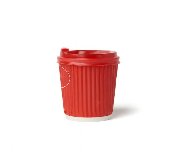 Одноразовый горячий напиток красный бумажный стаканчик с крышкой на белом фоне