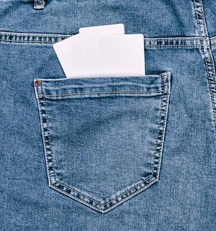 Пустые бумажные белые визитки в заднем кармане