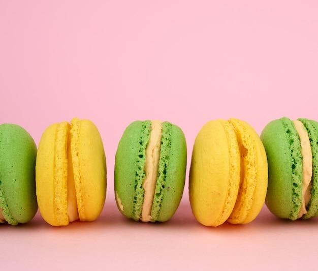 Множество разноцветных круглых печеных пирожных с макаронами