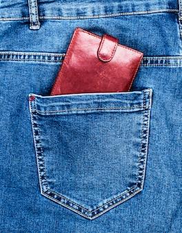 茶色の革の財布は後ろのポケットにあります