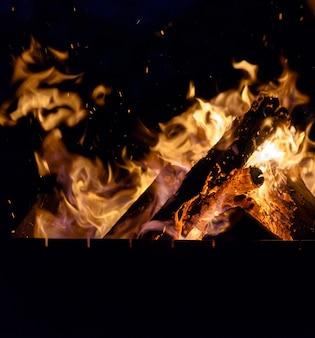 夜に火で木の丸太を燃やす