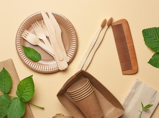 茶色のクラフトペーパーと木製のフォークとナイフの紙皿とカップ