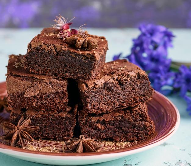 チョコレートブラウニーケーキの正方形の焼き駒の山