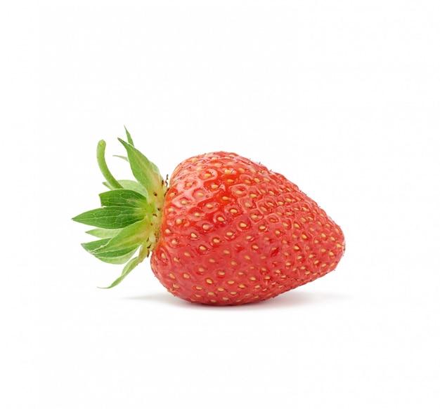 緑の葉が白くておいしい健康的なベリーに分離された熟した赤いイチゴ