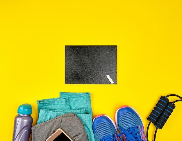 青い婦人用スニーカーとスポーツウェア