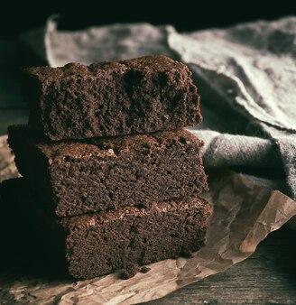 焼きチョコレートブラウニーパイの正方形の部分のスタック