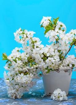 白い開花チェリーの花束