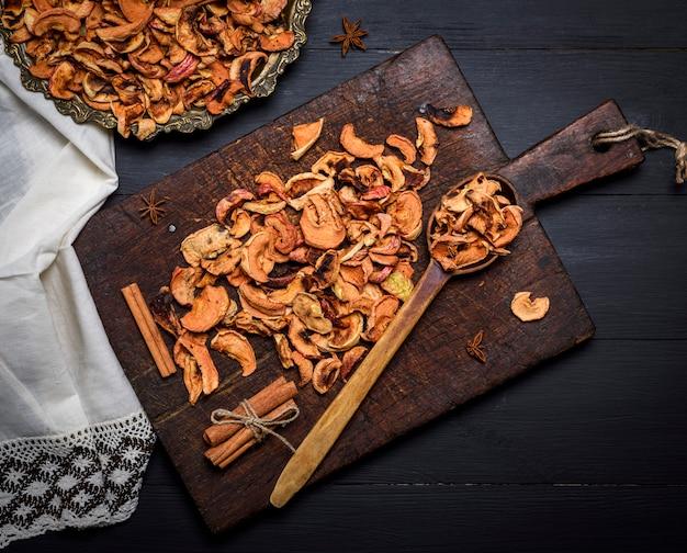 鉄板と茶色の木の板にリンゴの乾燥部分