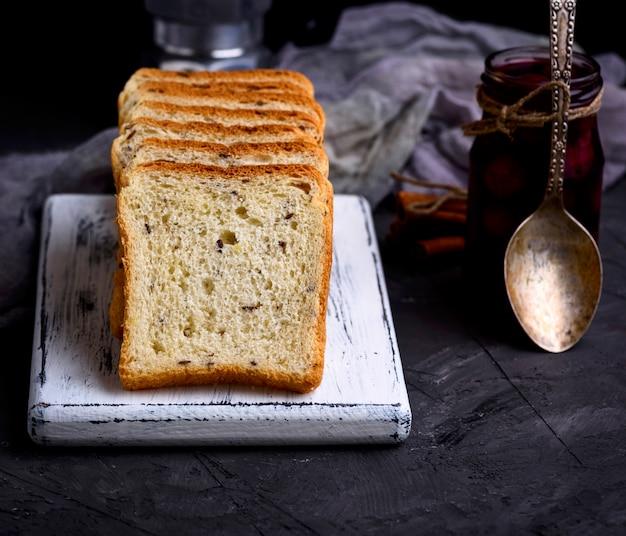 亜麻の種子と白い小麦粉から正方形のパン