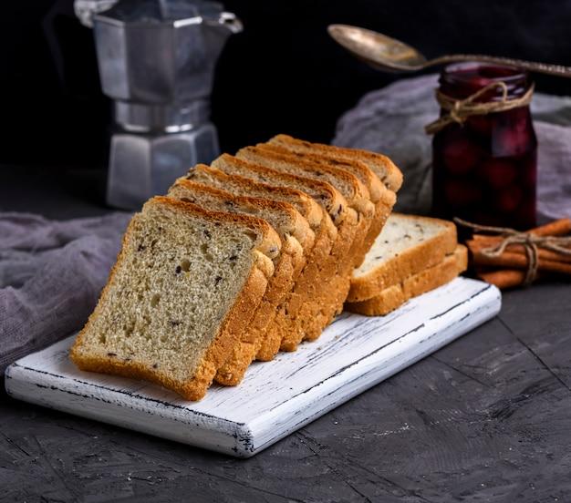 白い小麦粉から正方形のパン