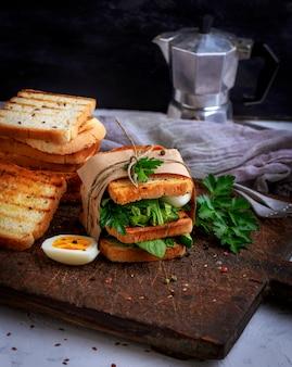 フレンチトーストとレタスの葉とゆで卵のサンドイッチ