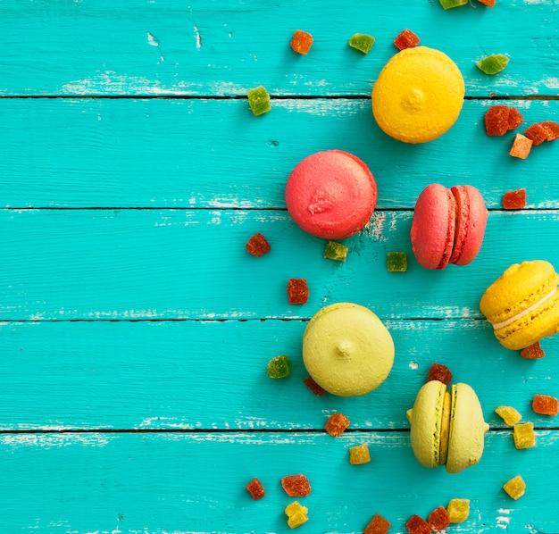クリーム色のマカロンとアーモンドの粉の色とりどりのケーキ